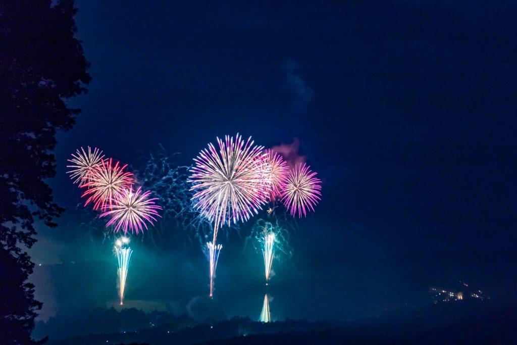 白樺高原花火大会は女神湖畔から打ち上げられる
