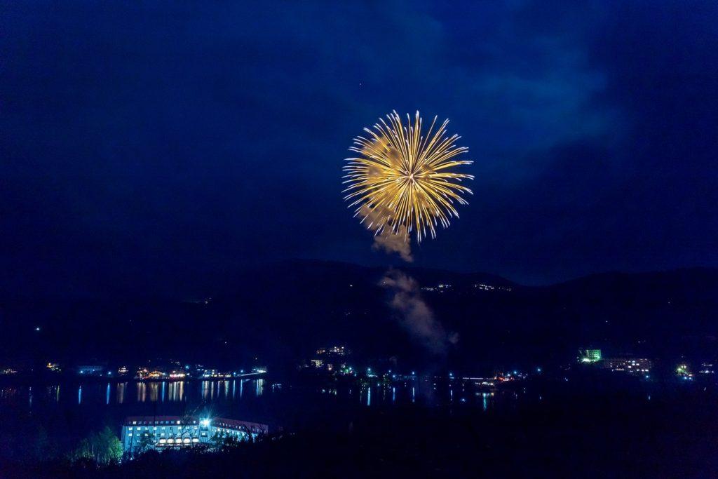 白樺湖花火大会は近距離にて真横から打ち上げ花火を見ることができる