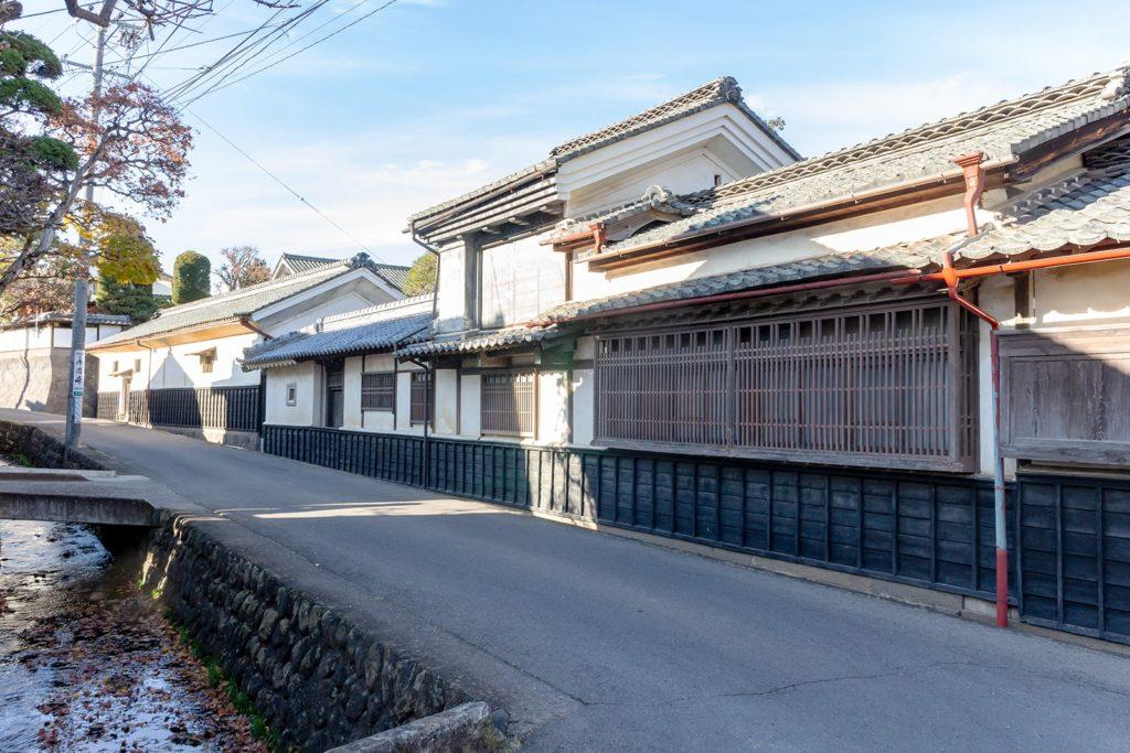 酒蔵のひとつ武重本家酒造前の街並み(茂田井間の宿)