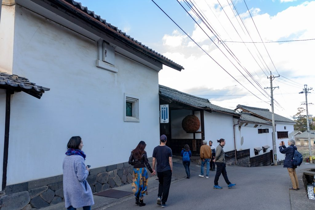 外国人観光客にも人気の街並みを持つ茂田井間の宿