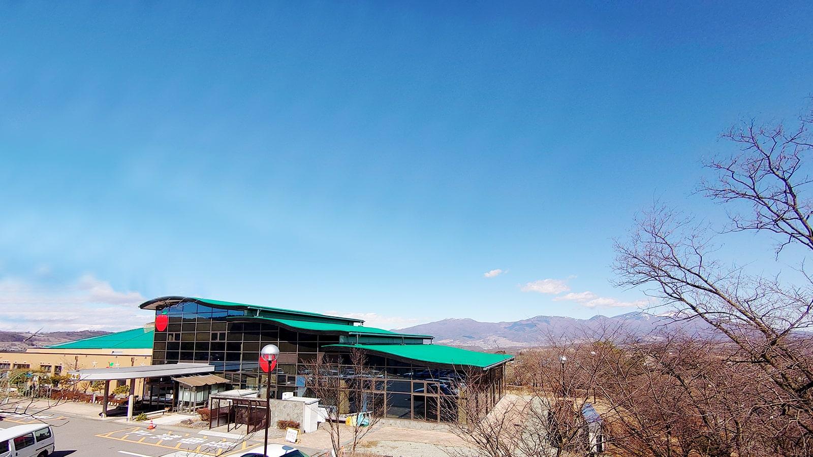 浅間山の山塊を背に高地に建つ温泉施設:立科温泉 権現の湯