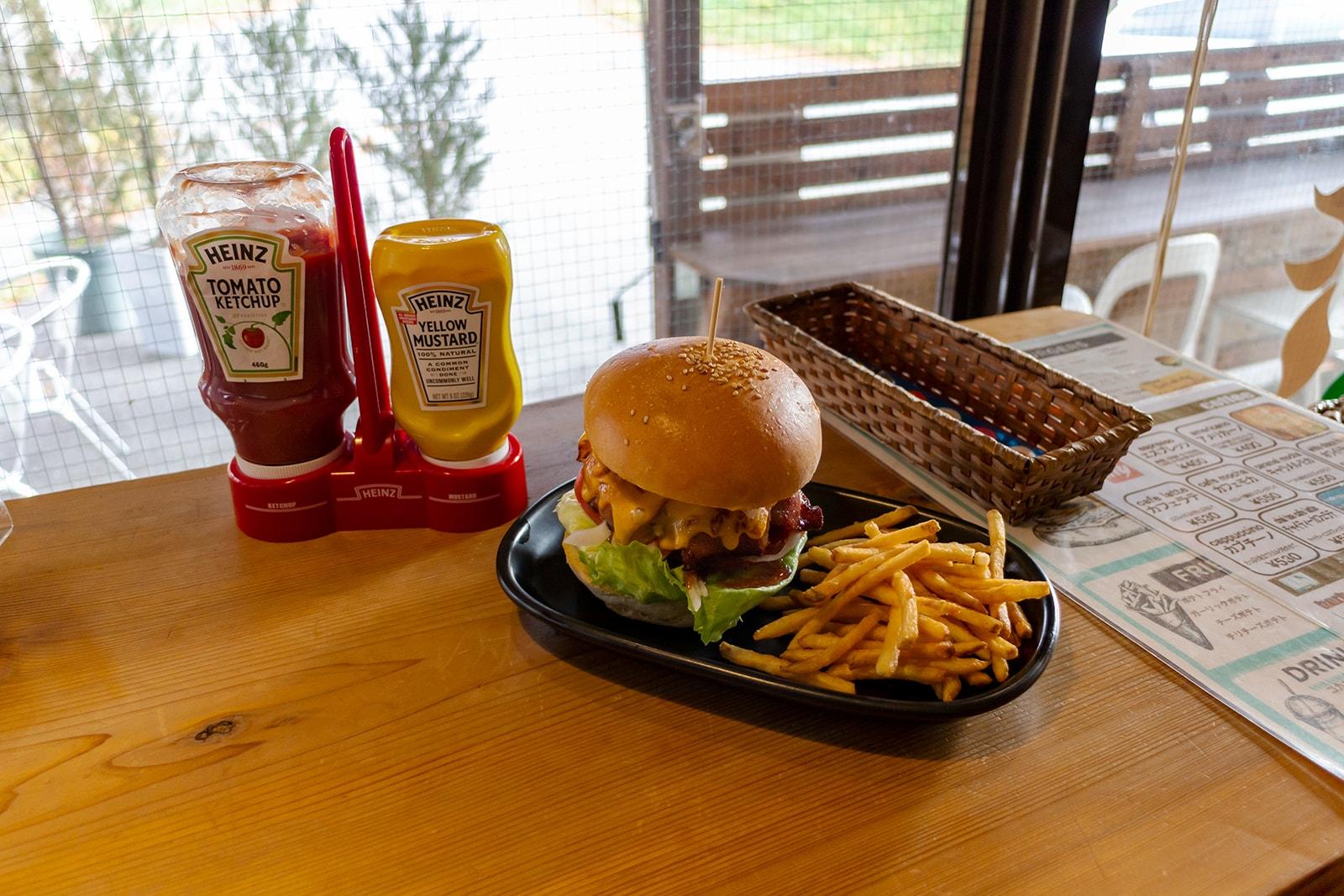 蓼科牛を贅沢に使ったアメリカンなハンバーガー:BreezeCafe