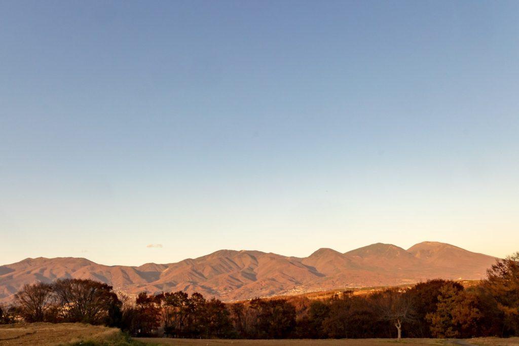 真っ赤な夕日に照らされた浅間連山の紅葉