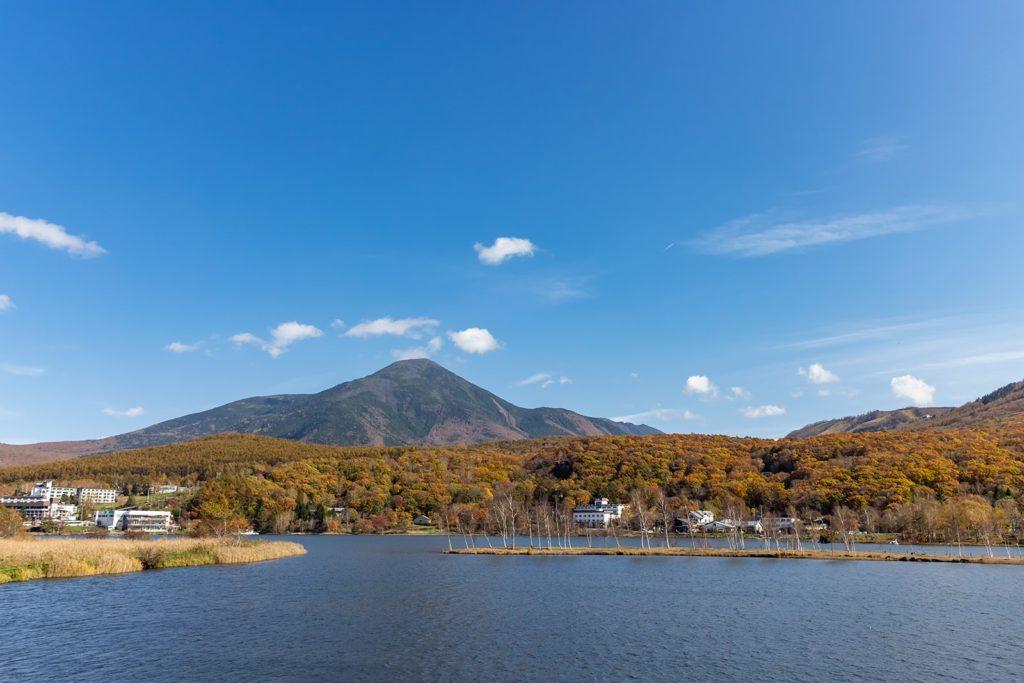 蓼科山をバックに見事な紅葉が拡がる白樺湖。