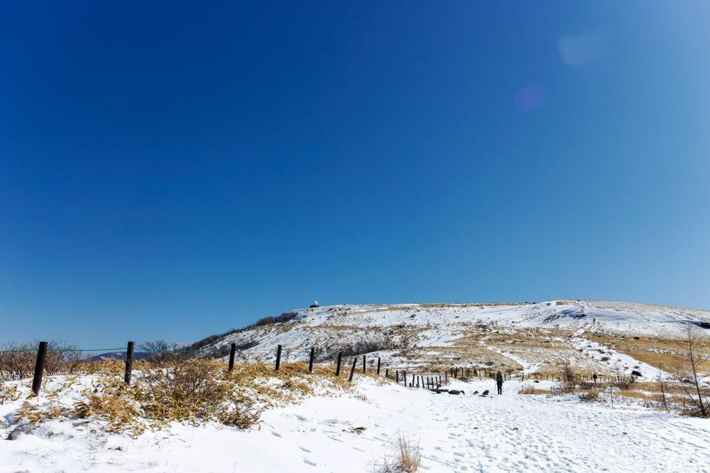 コロボックルヒュッテ前から見る車山山頂。