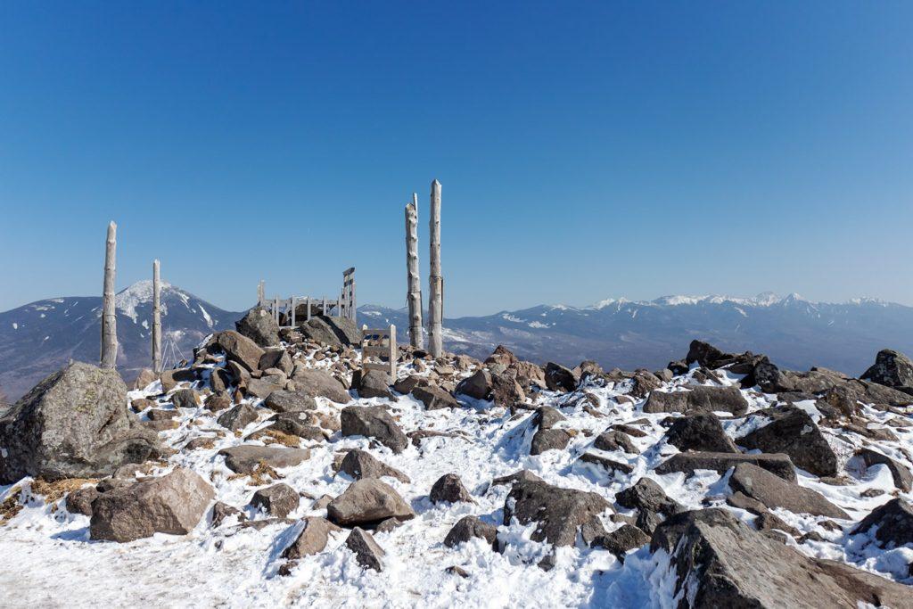 冬の車山、山頂の神社と蓼科山