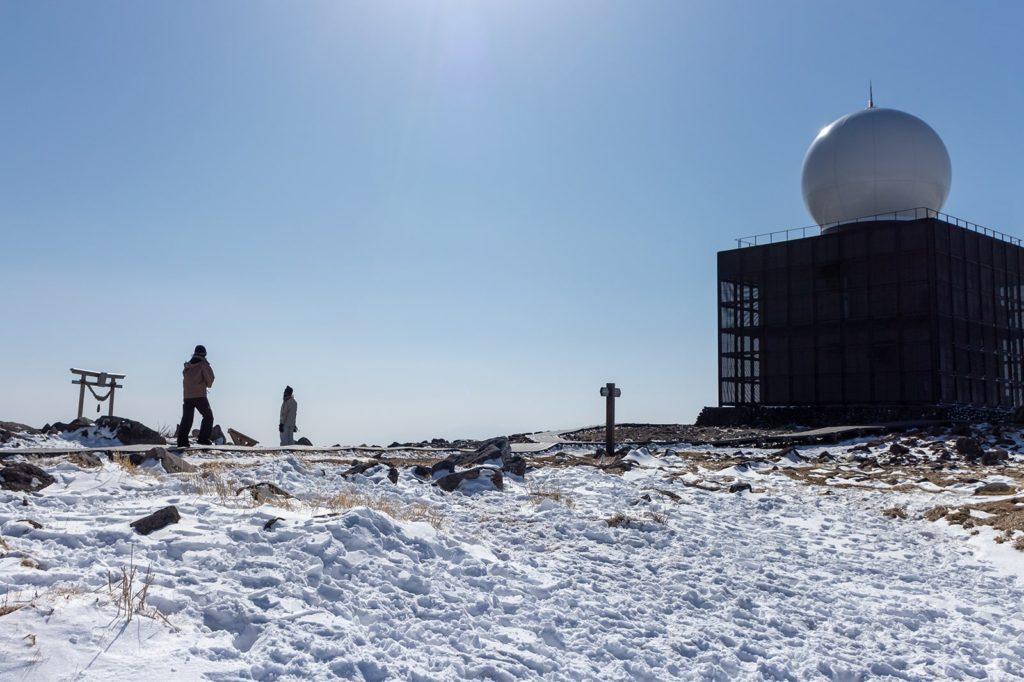 車山のシンボルとも言える山頂レーダー観測場
