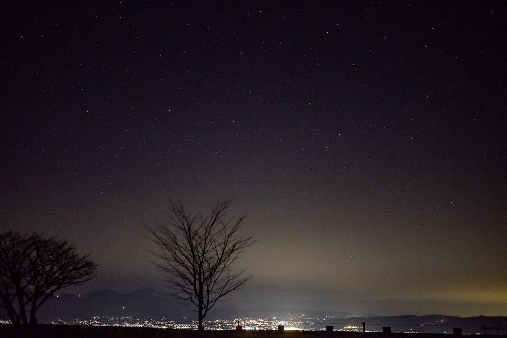 信州長野県立科町にある蓼科第二牧場から見る佐久平の夜景と満点の星空