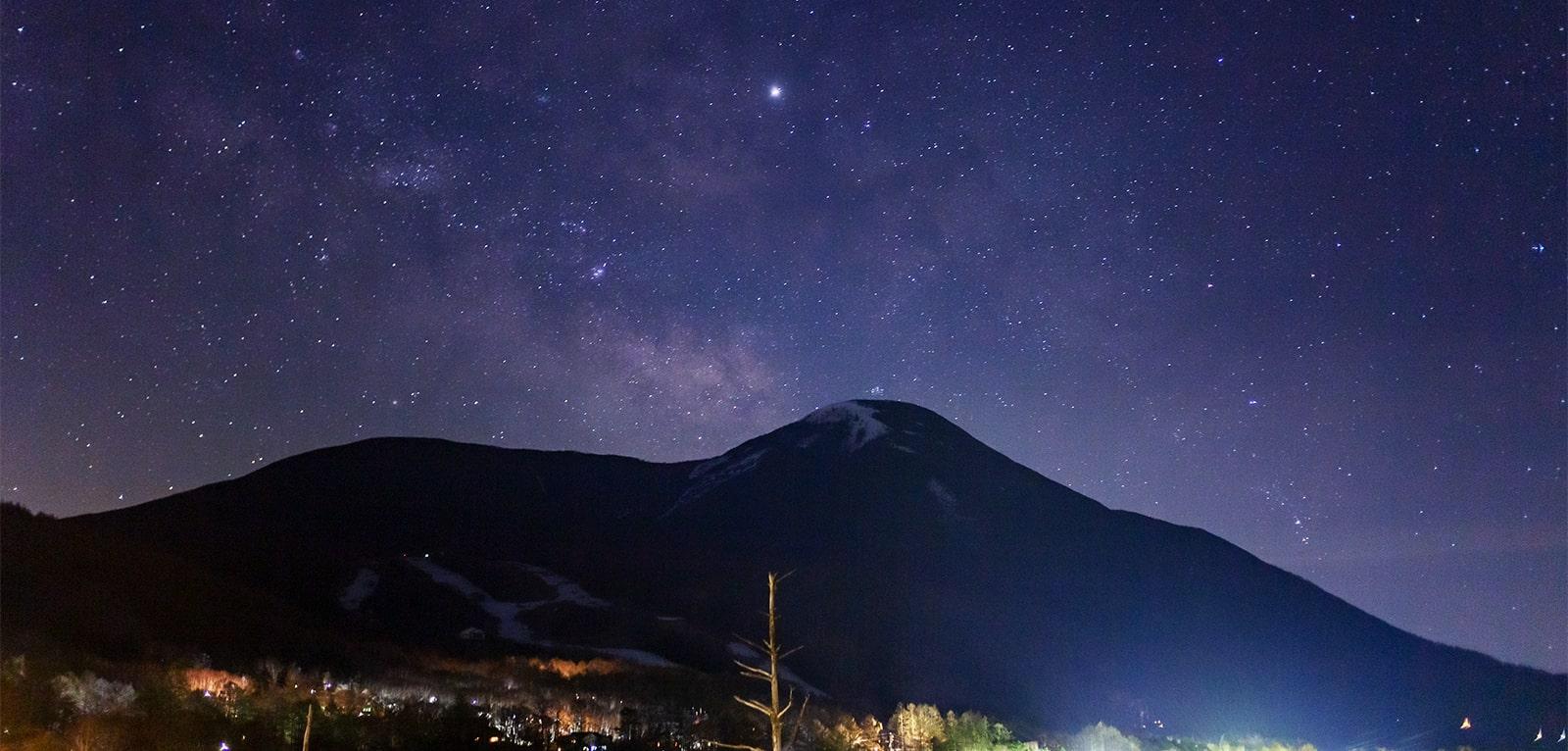 白樺高原 女神湖畔から見える蓼科山と星空