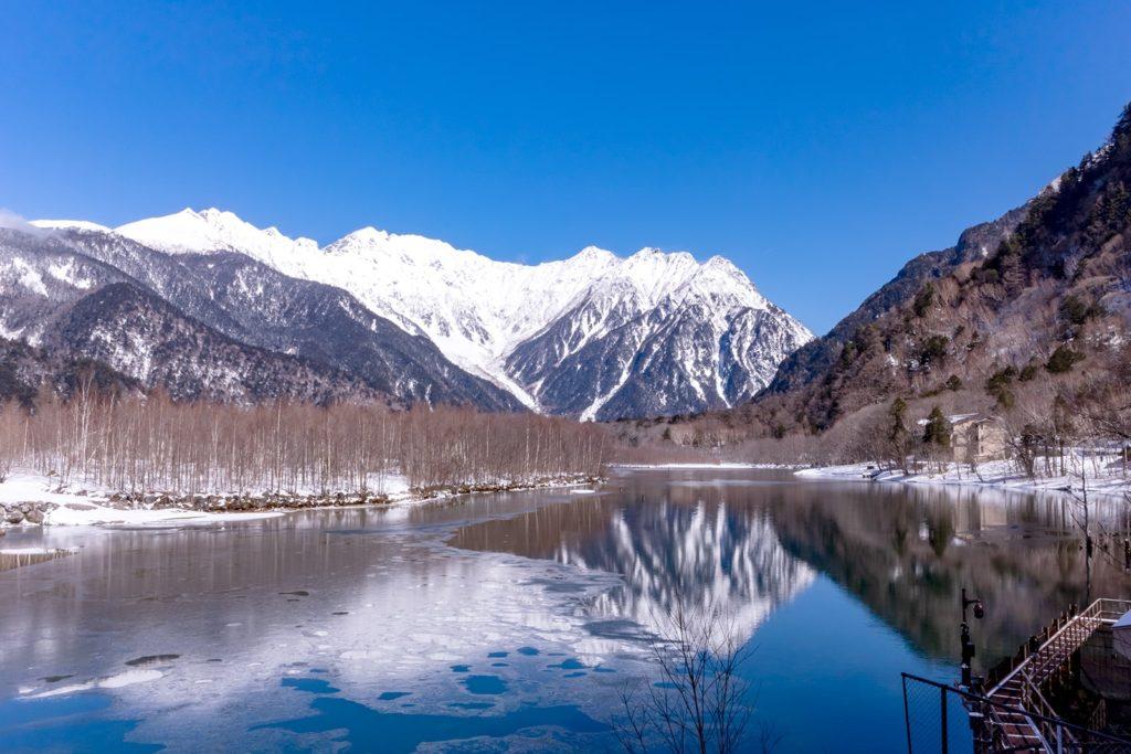冬の上高地:大正池の風景