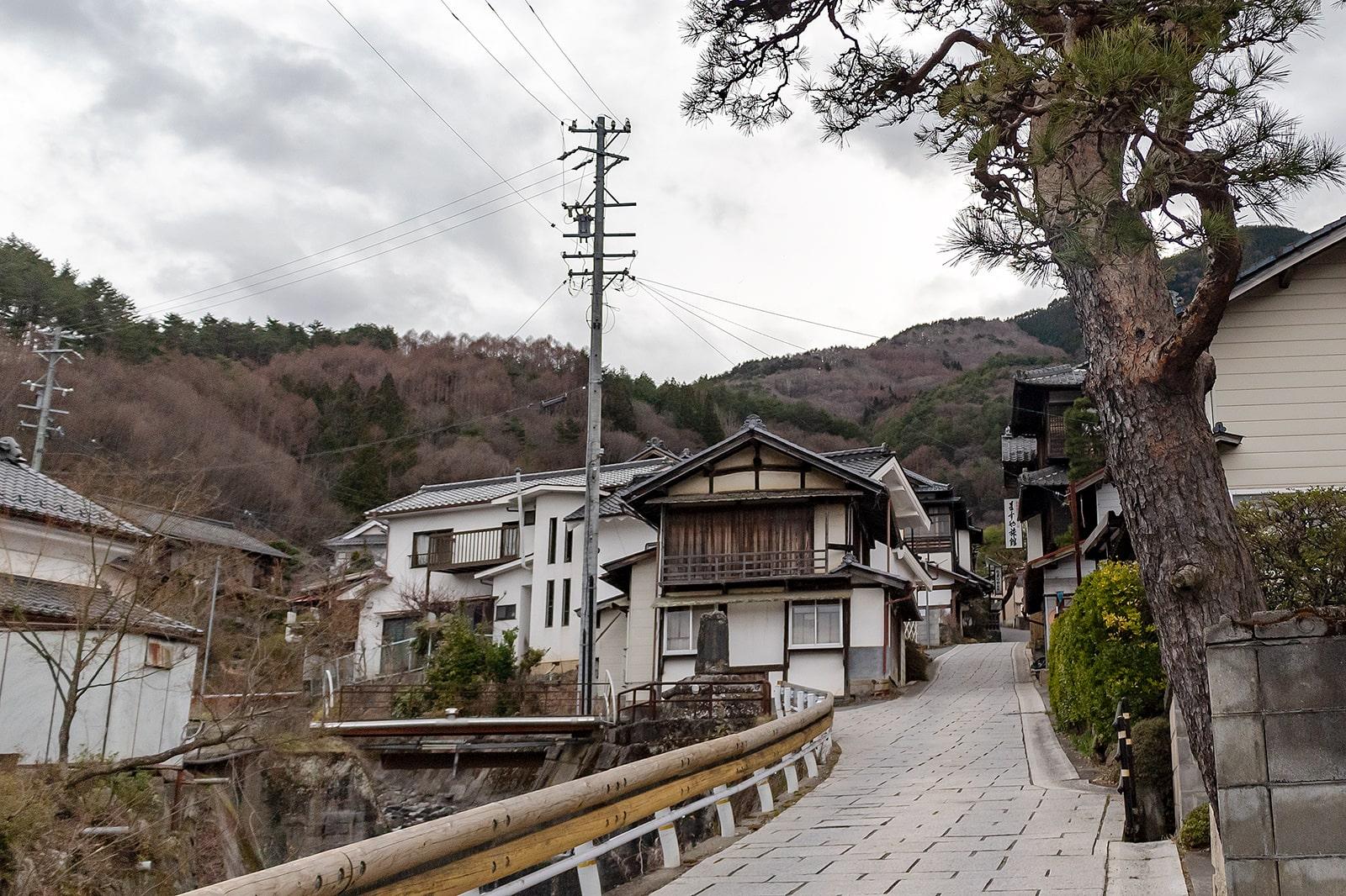 山あいに数件の温泉旅館が立ち並ぶ田沢温泉