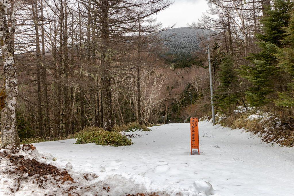 蓼科山七合目登山道の先は未除雪