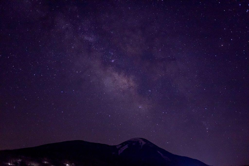 蓼科第二牧場から見た蓼科山と満天の星空