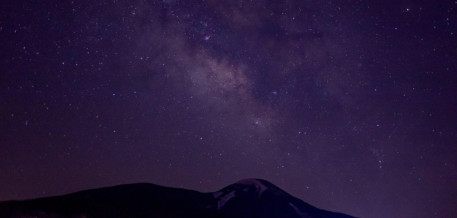 蓼科第二牧場から見る蓼科山と星空
