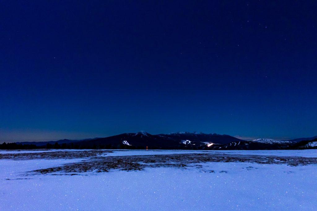 美ヶ原の雪原から見る夜の蓼科山