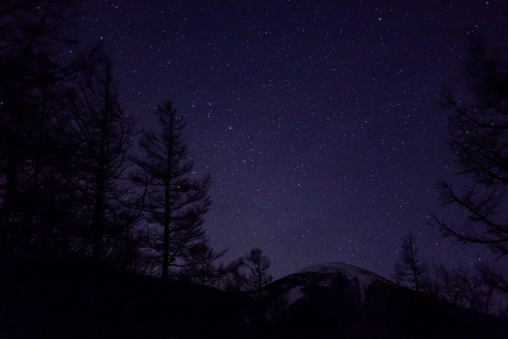 御泉水自然園そばの蓼科スカイラインから見た蓼科山と星空