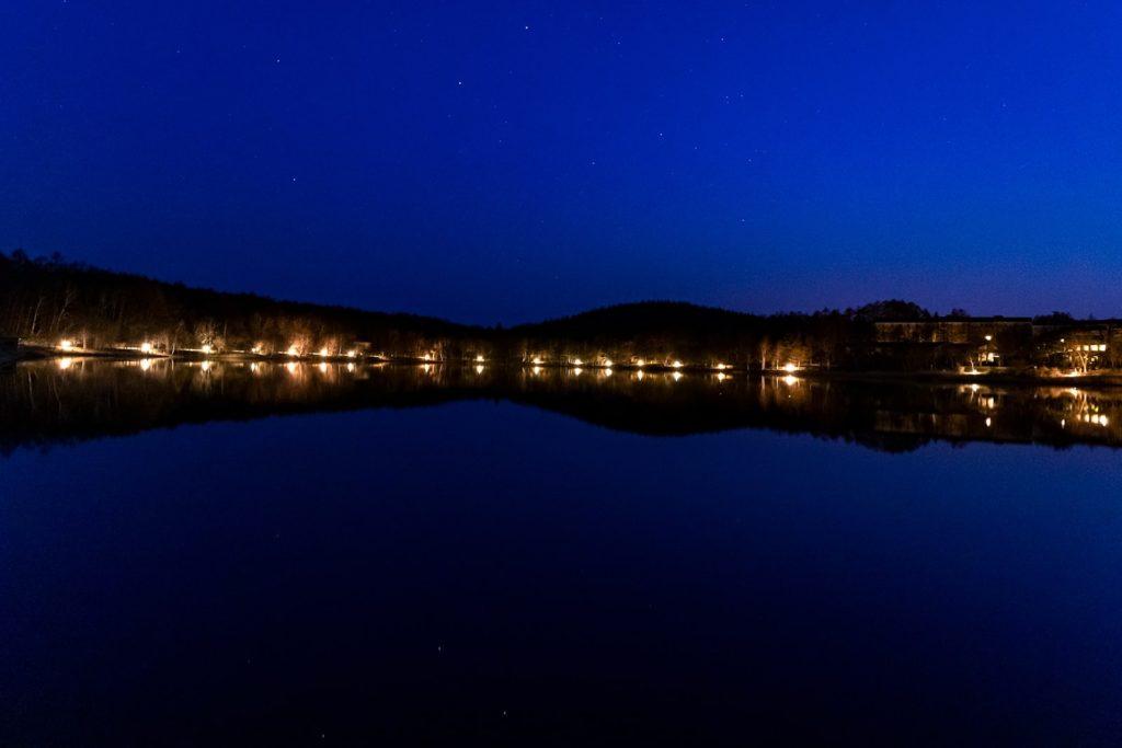 女神湖の南からの風景。穏やかな湖面にはっきりと周囲の景色も映り込む。