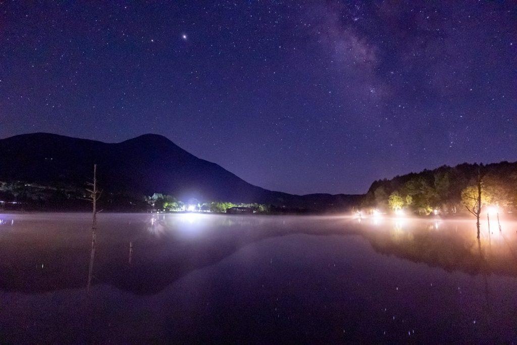 穏やかな女神湖の湖面に映り込む星空も美しい