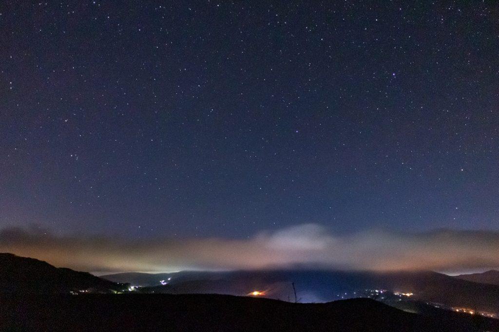 信州たてしな 白樺高原の星空スポット:夕陽の丘公園から見る車山方面