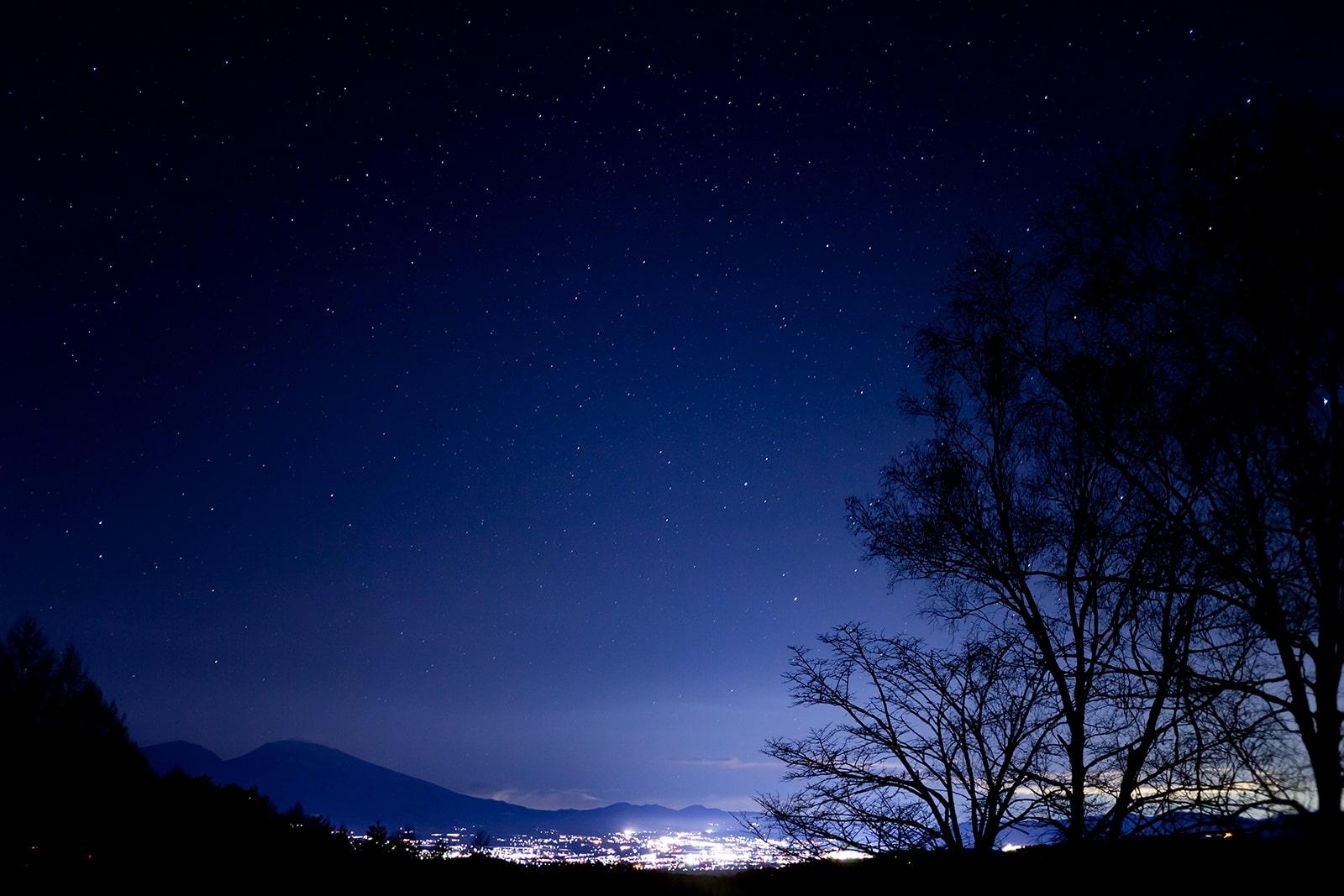 白樺高原の北側入り口にあたる三望台からは浅間連山や佐久平の夜景とともに満点の星空を眺められる