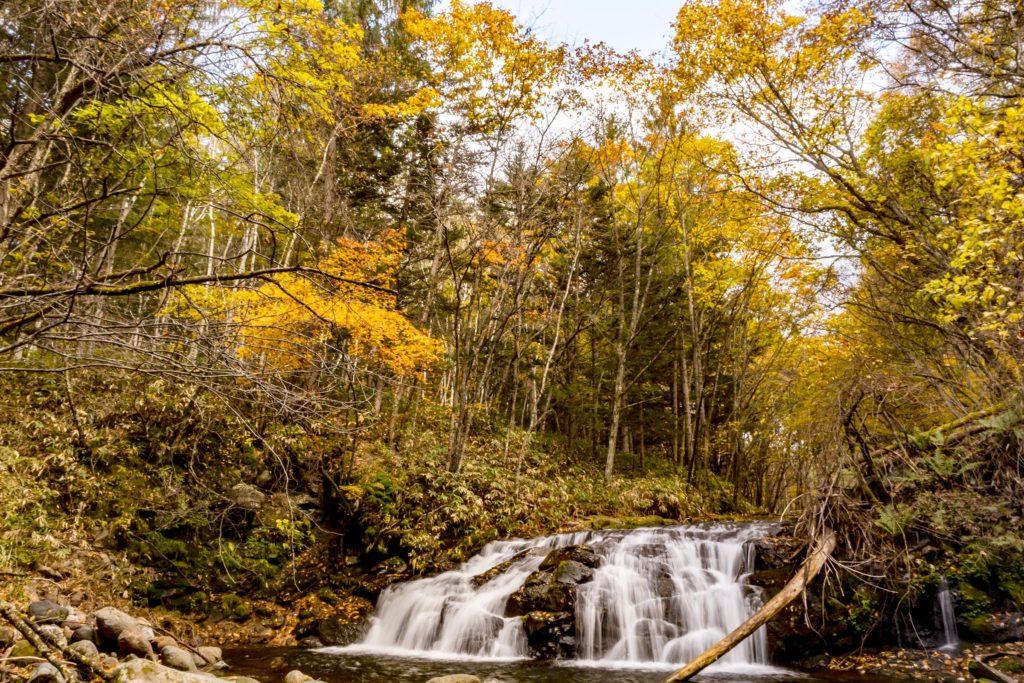 白樺高原でもあまり知られていない大滝でも紅葉が美しく色づいています。