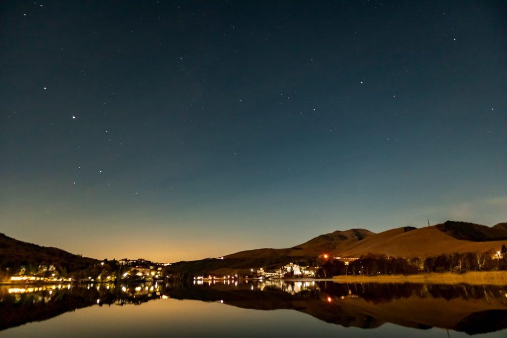2020年10月31日、信州たてしな白樺高原にある白樺湖畔からの夜空