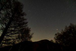 2020年11月13日、夕陽の丘公園からの星空。澄み切った白樺高原の夜空にはアンドロメダ銀河や火星のほか流れ星もはっきりと見える。