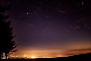 2020年11月18日、蓼科第二牧場からの星空と夜景。