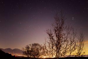 2020年11月23日、三望台からの星空。夜景に浮かぶ浅間山のシルエットと上空のプレアデス星団(すばる)