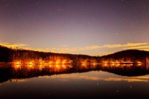 2020年11月24日、女神湖畔からの星空。女神湖の湖面に映り込むミザールとアルコル。