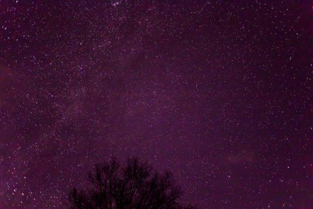 高原リゾートである白樺高原の星空は澄んだ空気の中で無数の星と出会える。蓼科第二牧場にて撮影