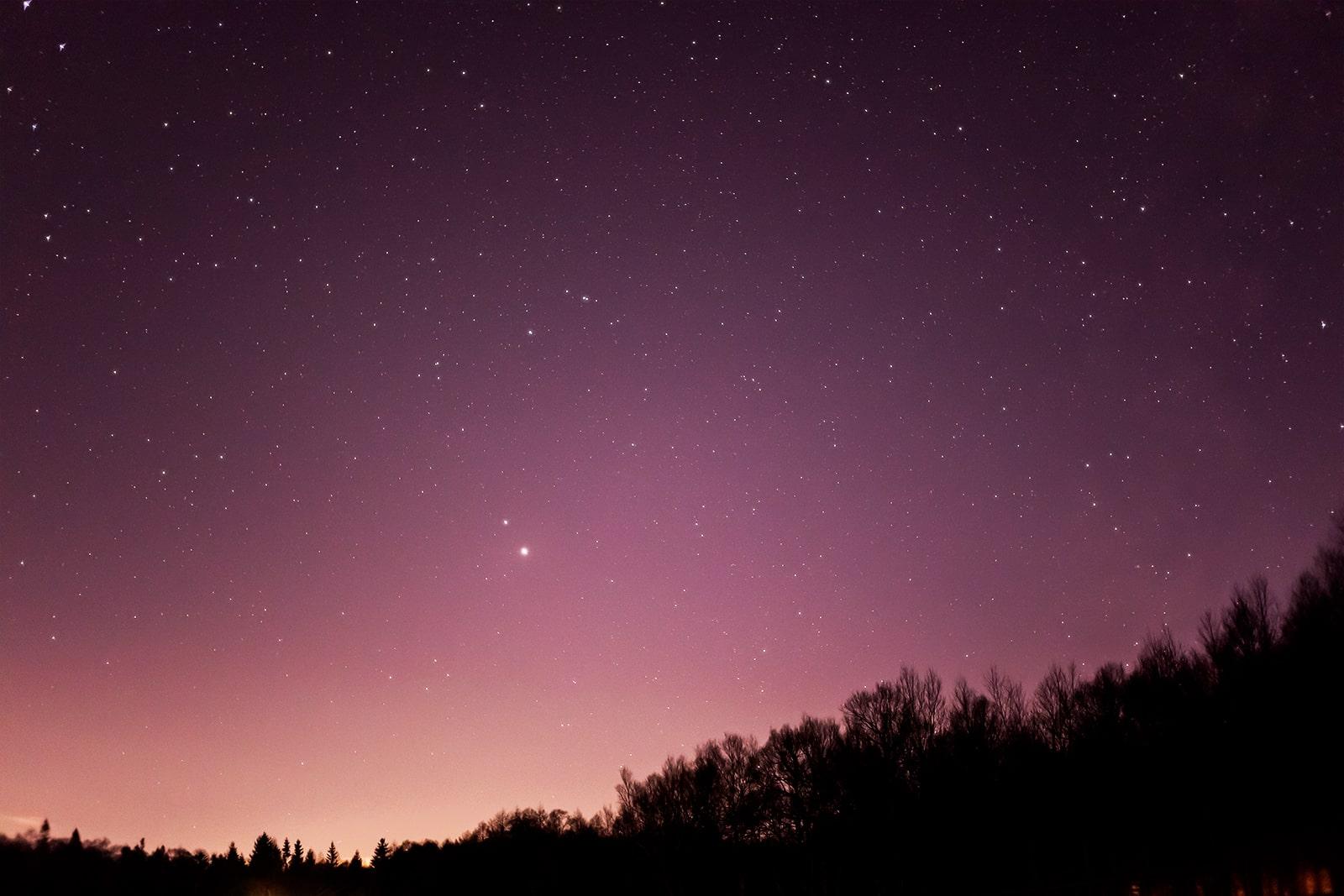 西の空に浮かぶ木星と土星。蓼科第二牧場から12月10日に撮影