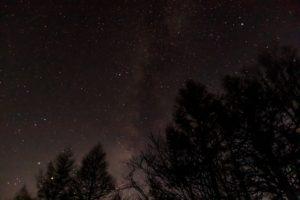 2020年11月5日、蓼科山七合目登山口からの星空。天の川が流れる夜空。