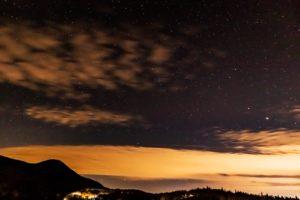 2020年11月6日、蓼科第二牧場からの星空。雲が流れる夜空に輝く木星と土星。