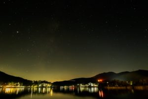 2020年11月8日、白樺湖畔からの星空。白樺湖の上空に広がる星空。天の川や木星、土星、南斗六星などが見える。