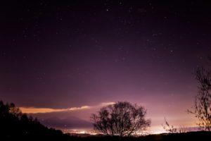 2020年12月4日、三望台からの星空。佐久平の夜景の上空にはぎょしゃ座が輝く