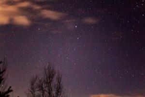 2020年12月7日、三望台からの星空。深夜、三望台から南を見るとおおいぬ座のシリウスがひときわ大きく輝いていた。