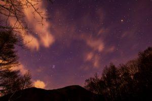 2020年12月11日、夕陽の丘公園からの星空。蓼科山の上空に輝くプレアデス星団と火星。