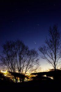 2020年12月14日、夕陽の丘公園からの星空。超接近まで1周間となった木星と土星。