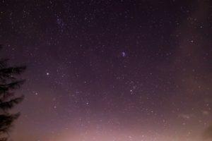 2020年12月15日、蓼科第二牧場からの星空。ぎょしゃ座のカペラとプレアデス星団、おうし座のアルデバラン。
