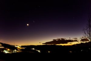 2020年12月17日、夕陽の丘公園からの星空。超接近を控えた木星と土星、さらに月。