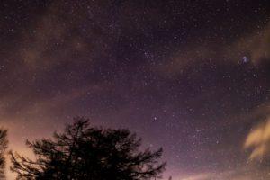 2020年12月18日、蓼科第二牧場からの星空。薄い雲のかかった夜空に輝くプレアデス星団(すばる)など