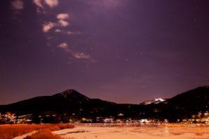 2020年12月27日、白樺湖畔からの星空。満月も近くなった明るい月に照らされる白樺湖畔の風景とオリオン座。