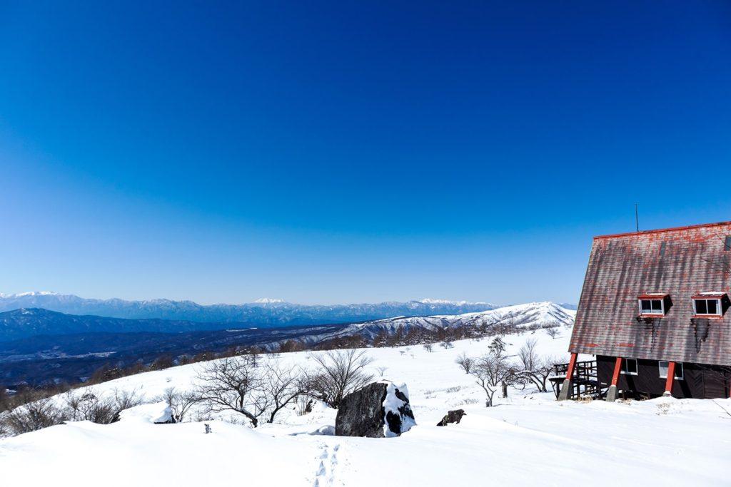 ヒュッテ アルビレオ近くからの景色。正面には御嶽山や乗鞍岳が見える