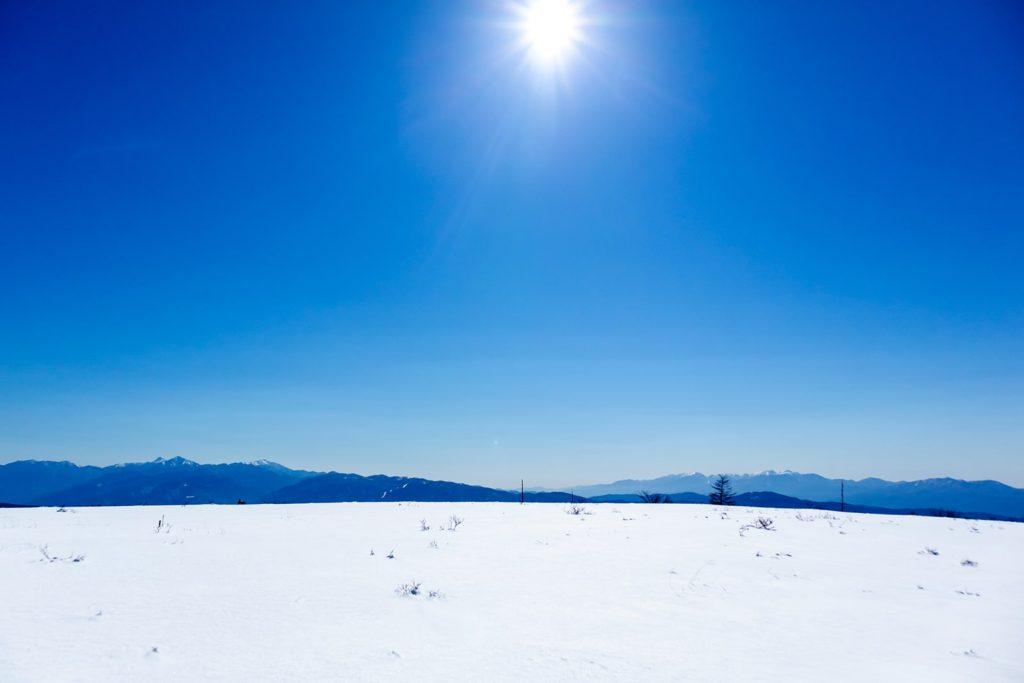 スノーシューで味わえるのが、まっしろな雪原にふりそそぐ青い光り